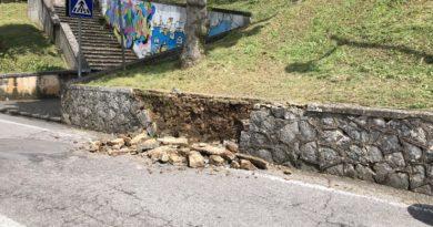 Cade una parte del muro di via Roma a causa delle abbondanti piogge